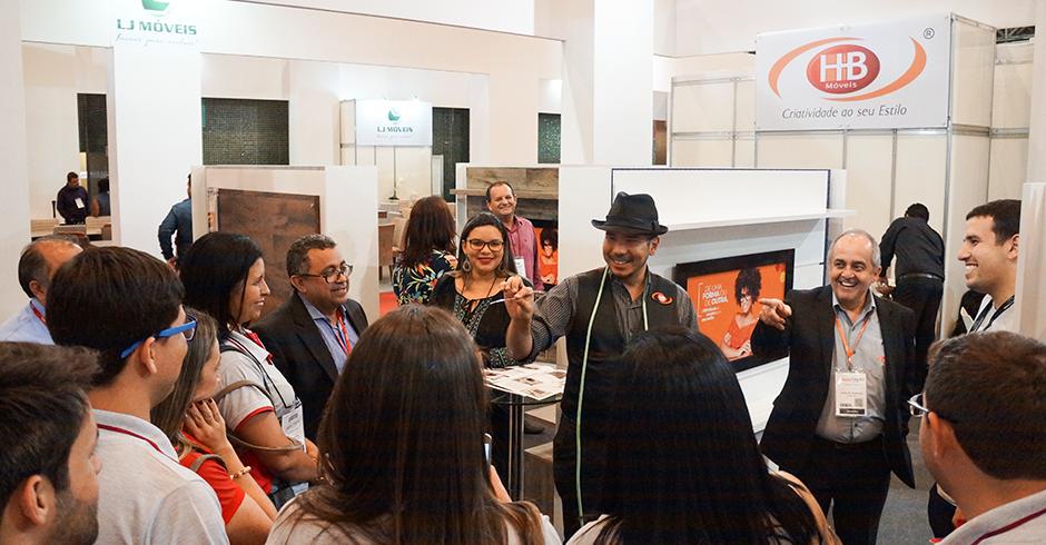 Além dos produtos, outra grande atração no estande da HB Móveis foi o Mágico Wallace Aoki que entreteve clientes e visitantes